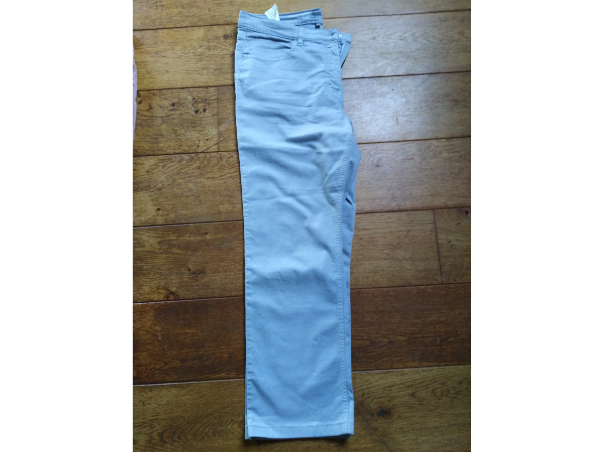 Illustration de Pantalon gris taille 33- =44